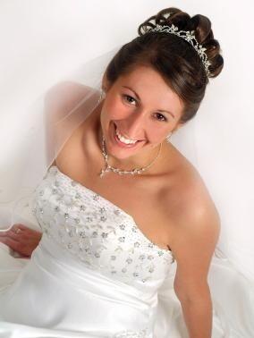 Svatební ozdoby do vlasů zahrnují vše od korunek, závojů až po ...